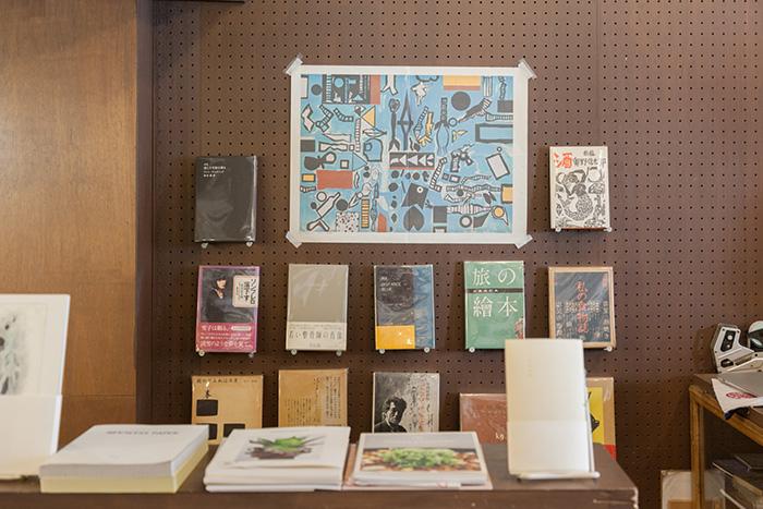壁面には店主目利きの書籍が並ぶ。