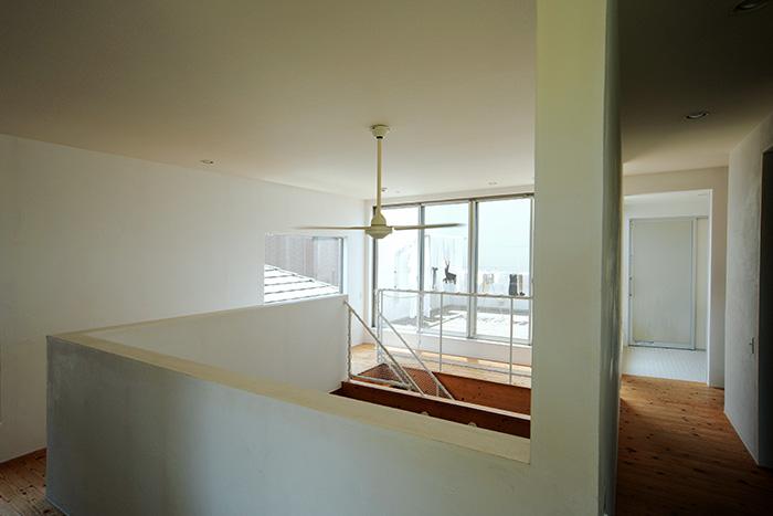 回廊型の2階。広いバルコニーや、光が差し込むバスルームなど開放感のある空間が広がる。