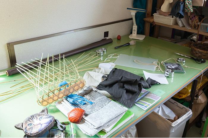 【自宅】最近、竹籠作りを始めたというあゆ子さん