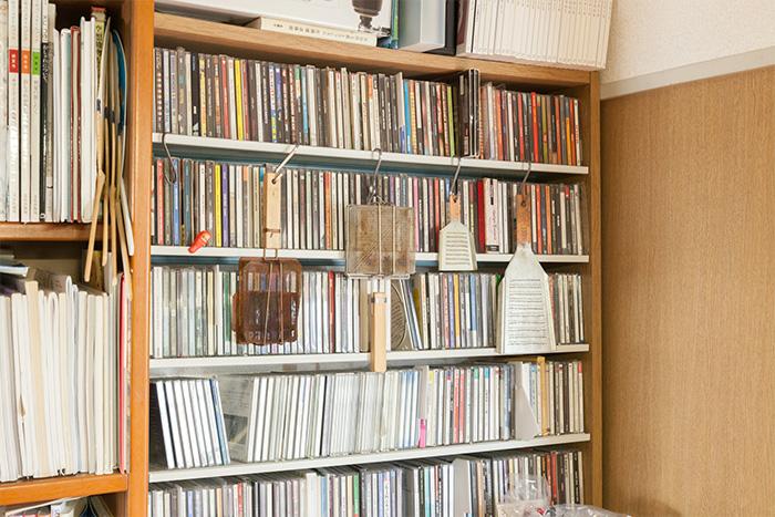 【自宅】所狭しと並ぶCDの前に調理道具をひっかけ収納