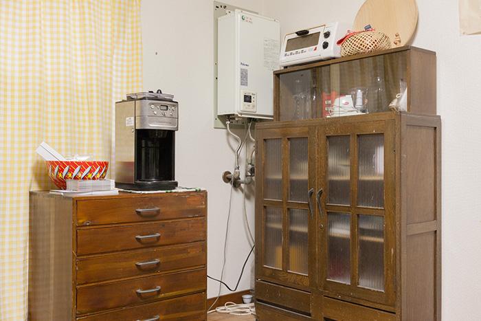 台所では、骨董市で入手してリペアした食器棚が現役で活躍している