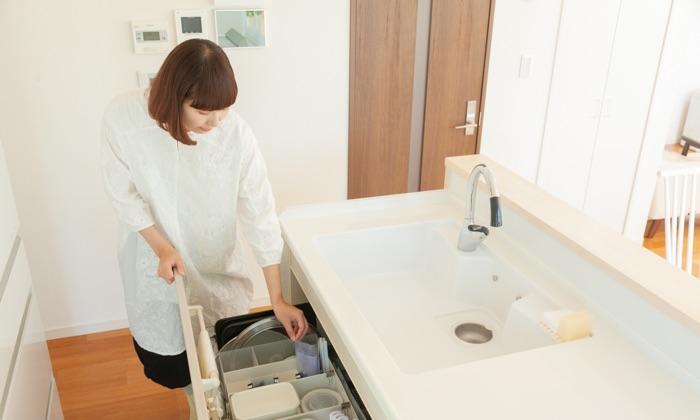 おさよさん家のキッチンシンク下収納は、上から見渡せる配置がポイント