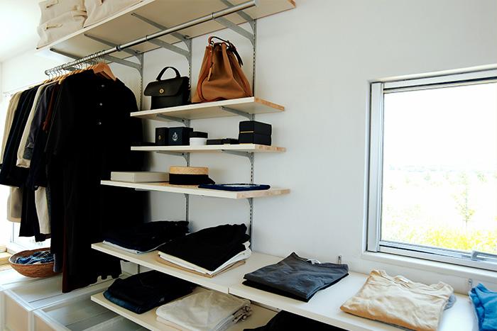 壁面を使った、まるでお店のような衣類収納
