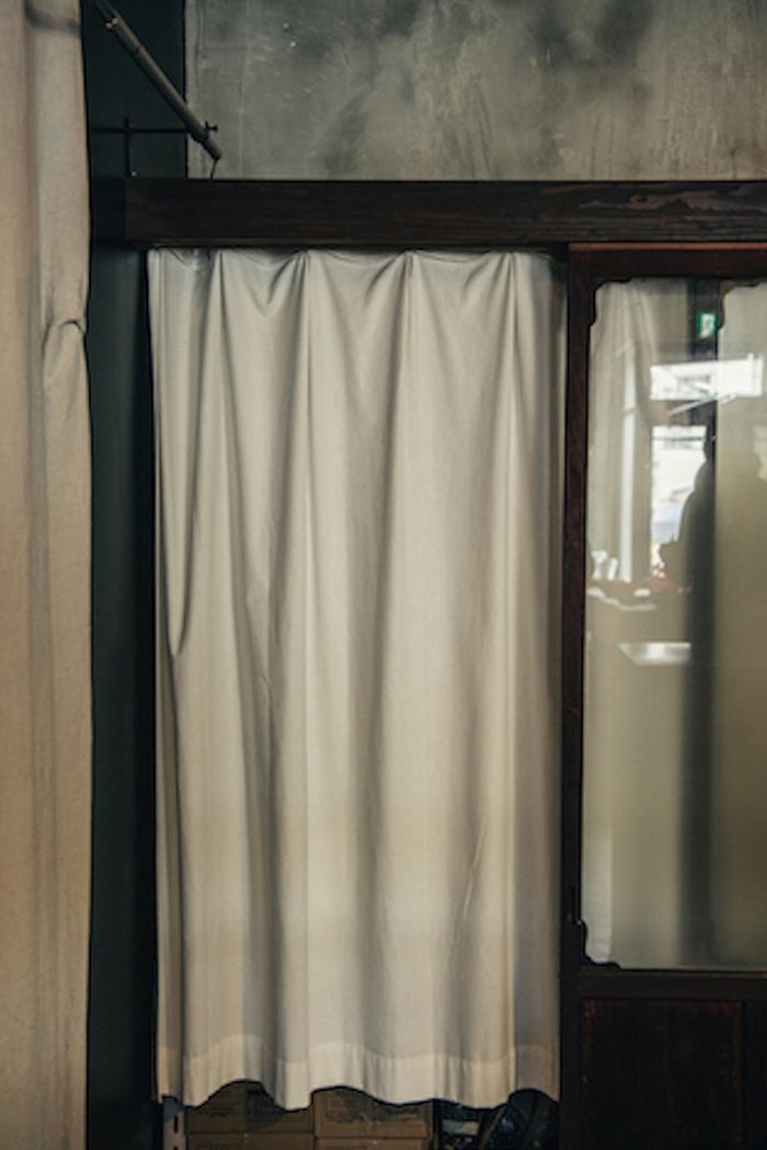 目隠しとして間にカーテンを取り付けました