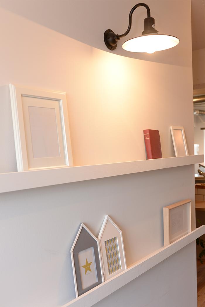 玄関には、家族の写真を飾るコーナーを必ず設置。