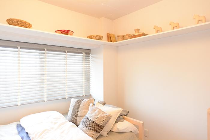 寝室の上部、デッドスペースには不足しがちな収納棚が設えてあります。