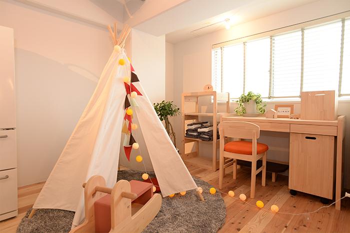 キッズテントは、遊びの空間兼、おもちゃの収納スペースに。