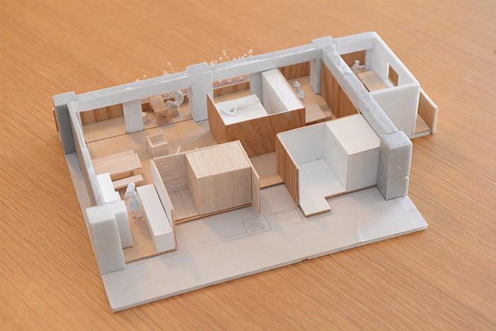 加藤さん宅の模型。採光と動線を考えながら、収納空間を生み出していきました。