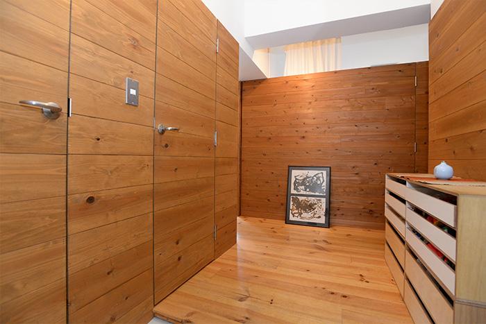すっきりとした玄関。左手の2つの扉を開けると、収納スペースが広がります。