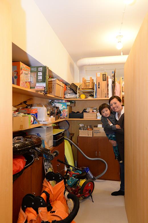 納戸には、自転車やベビーカーなど、かさばるものを玄関からすぐに収納できます。奥には、パントリーもあります。