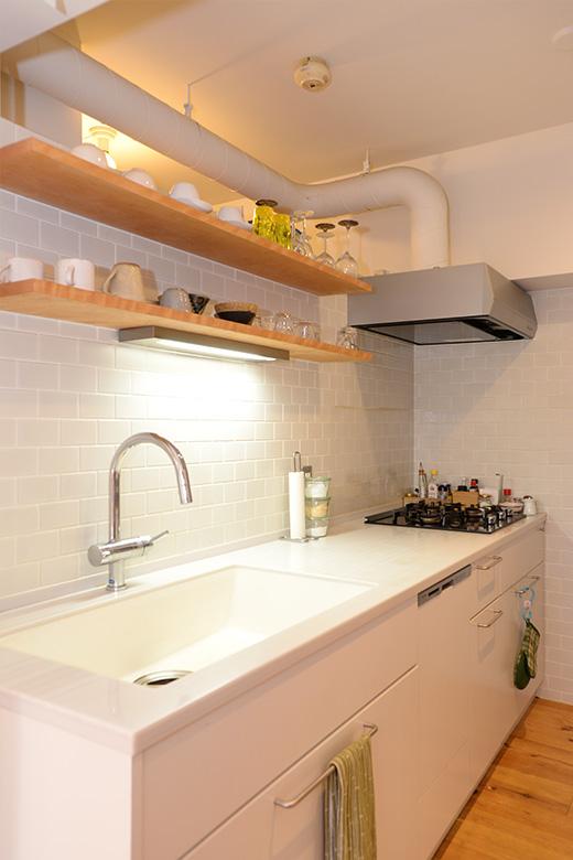 納戸からすぐに行き来できるキッチン。物も少なく、すっきりしています。