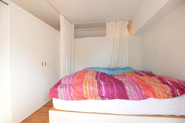 ベッドルームもシンプル。マットの下は、大工さんに作ってもらった収納ボックスになっています。通気性を考えた作りで、布団などを収納しています。