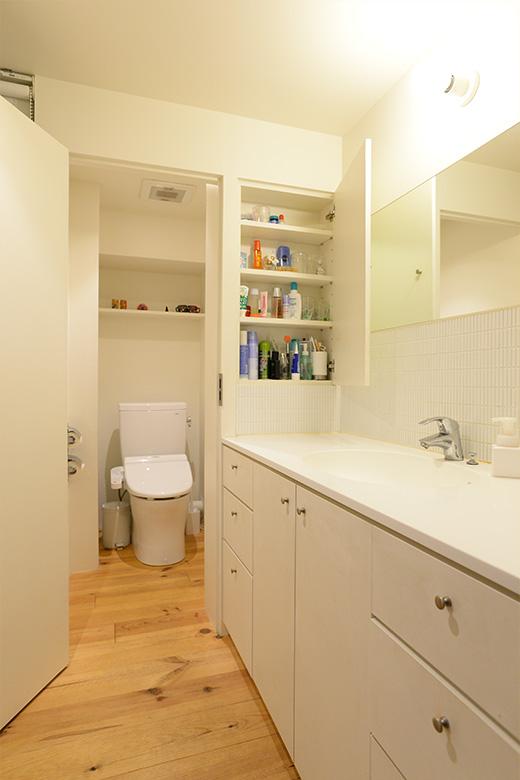 洗面所には、トイレに面した壁に埋め込むように収納棚を設置。裏側に当たるトイレにも、同じように収納棚が付けられています。