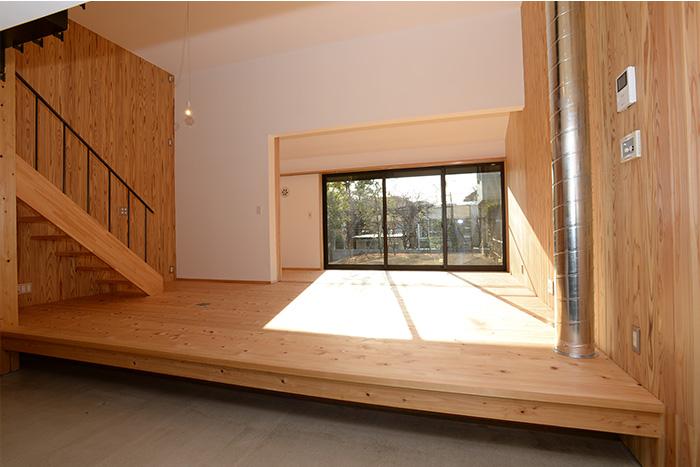 上がり框の下には、下足をいれるのにちょうどよい収納スペースがあります。