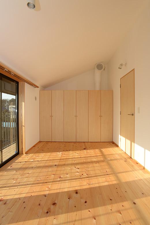 二階の寝室には、広めのクローゼットが設けられています。