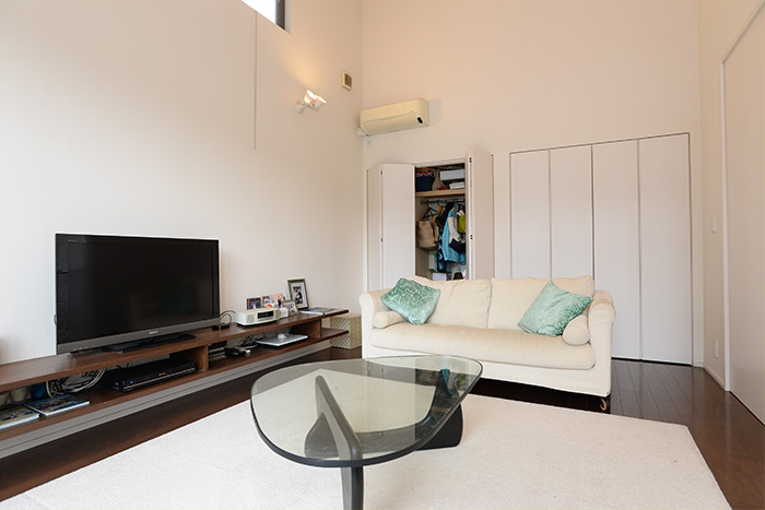 ハンガーパイプと棚を設けて、使いやすさを追求したというクローゼット。リビングにこれだけの収納スペースがある住宅も珍しい。
