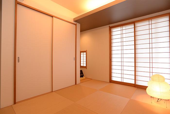 客間として活躍する1Fの和室。階段側の壁に押し入れを設置して、防音も考えています。