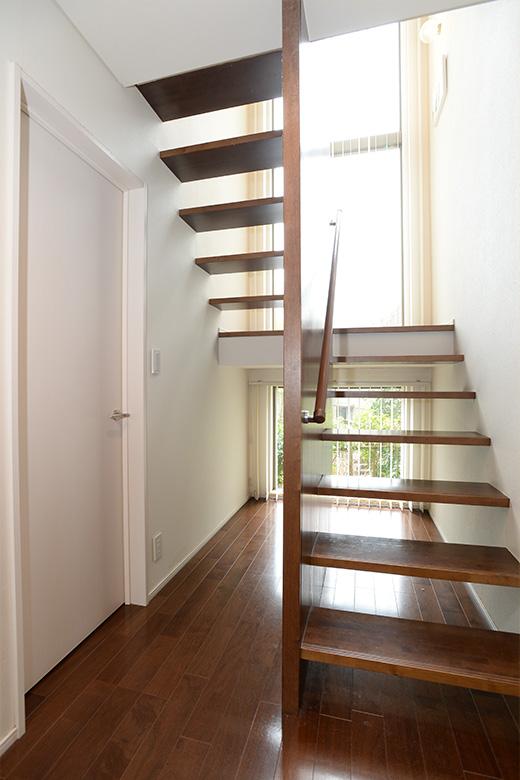 階段の下もスッキリ。「いざとなれば、何でも置けるように、スペースを確保しています。今は、子どもたちの遊び場です(笑)」