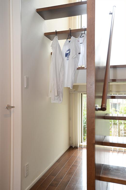 雨の日は、階段が洗濯スペースに早変わり。来客のコートをかけることもできます。