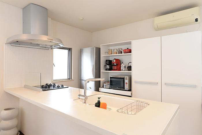 真っ白な食器棚は、とても清潔感があります。扉のない棚には、黒と赤を効かせて、見せる収納も抜かりなく演出。