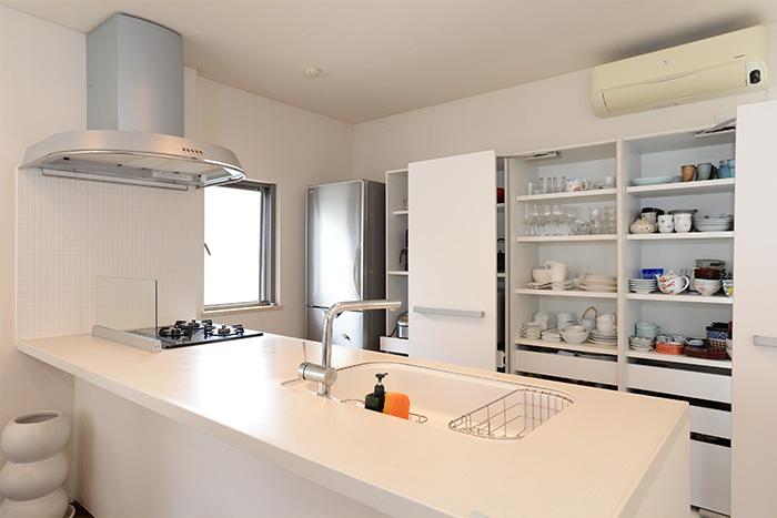 食器棚は、左手に洋食器、右手に和食器をまとめて収納しています。