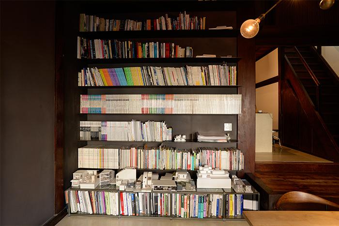 本や雑誌を美しくまとめたオリジナルの本棚