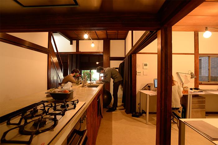 アイランド式のキッチンカウンター