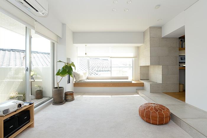 土間と絨毯の組み合わせが新鮮なリビング