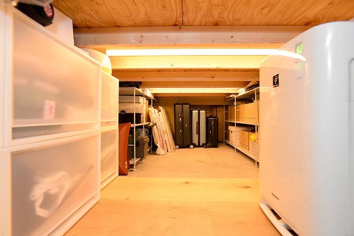 ベッドルーム下の収納スペース