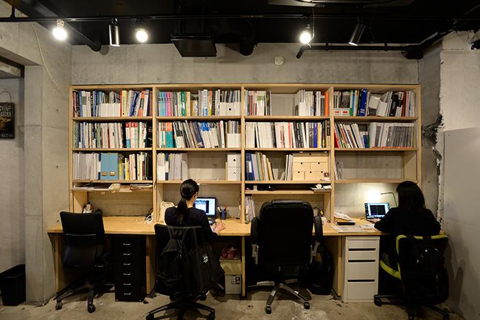 シェアオフィスと書棚