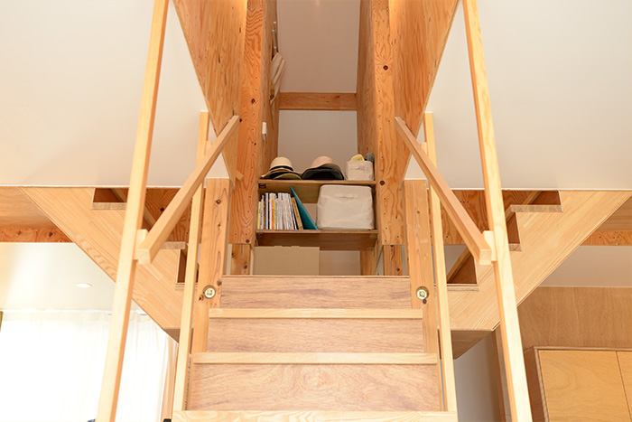 階段の踊り場・収納
