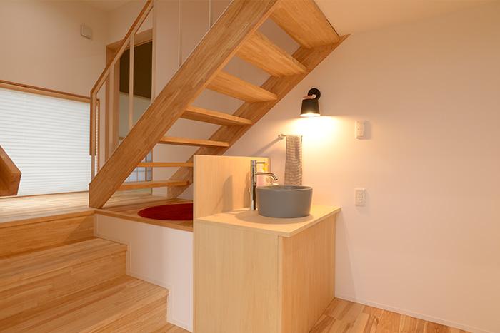 階段下のスペースに造られた手洗い場