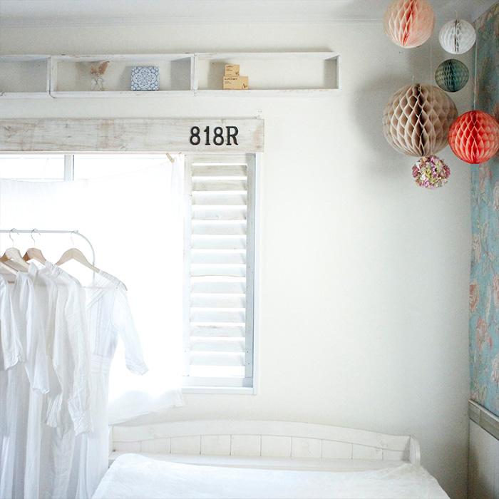 寝室は夜ゆっくりと休む場所なので、あまりモノを置かずにシンプルに、そして気持ちよく朝を迎えることができるようにフレンチテイストの壁紙を貼って優しい雰囲気に仕上げています。
