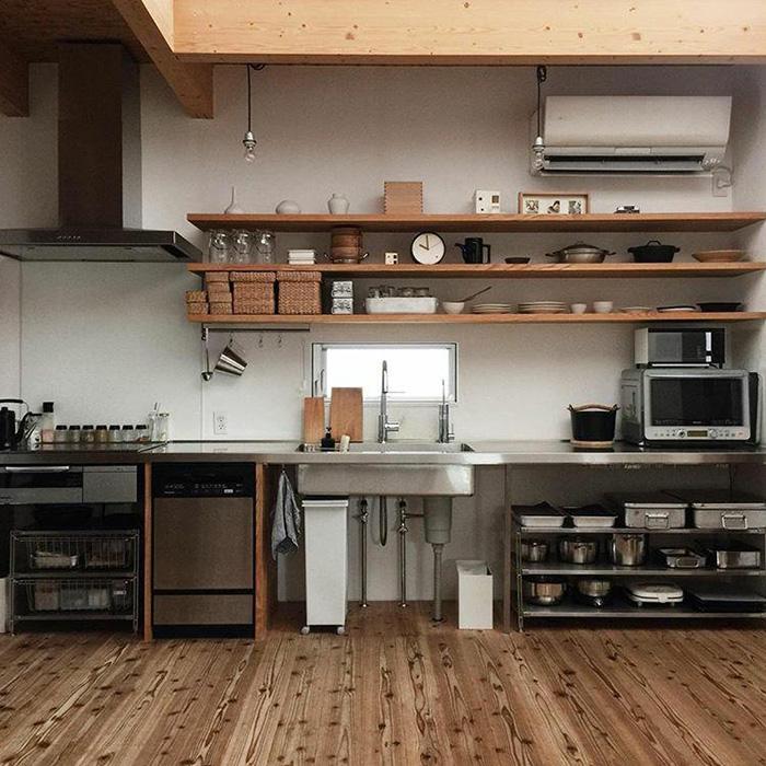 素材や質感を合わせた、統一感のあるオープンキッチン収納《かもめさん》