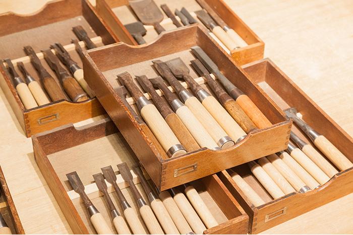 古い彫刻刀やノミなどの仕事道具