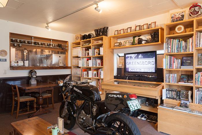 こだわりの本棚で魅せつつ収納 ライダーが集うオートバイ専門書店