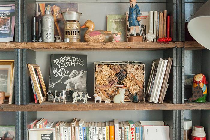リビングの壁一面に並ぶ本