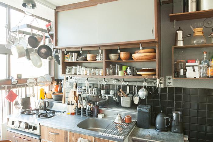 収納力と美しさを備えた明るいキッチン