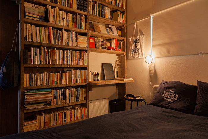 天井までぎっしりと蔵書が並ぶ本棚