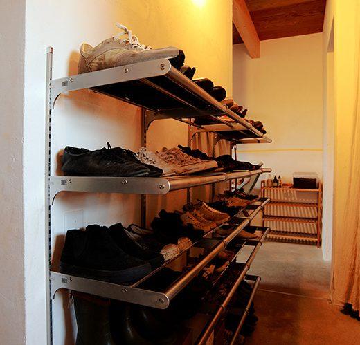 ステンレスバーをアレンジして、可動棚で靴収納。インダストリアルな印象の玄関収納に。