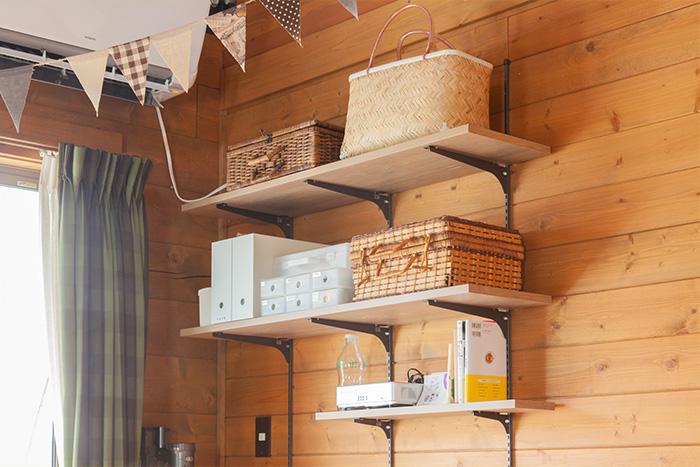 ログハウスインテリアにもマッチ!壁面を収納スペースに変える見せる収納テクニック
