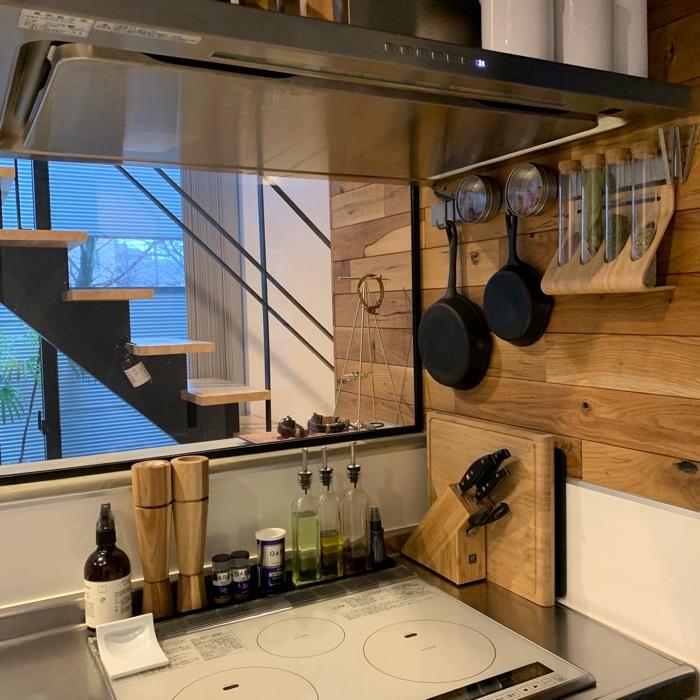 パントリーや引き出しの中も整然と。キッチンの見せる収納と隠す収納をうまく使い分けるコツ