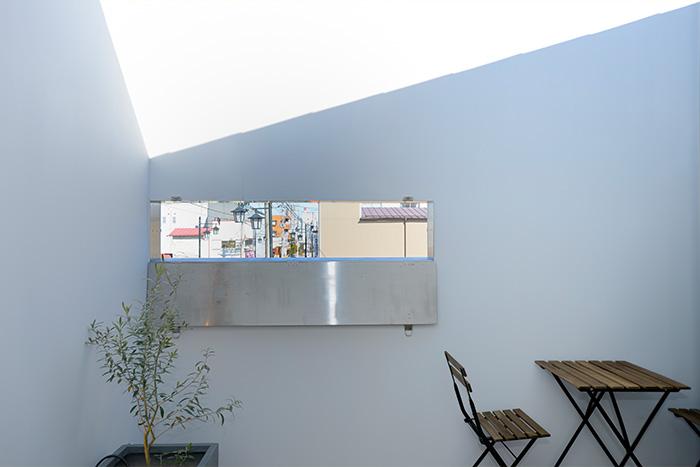 白さ際立つモノトーン住宅の、配置も中身も美しすぎる収納設計