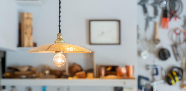 鍛金でひたすら無心になれる!鎌倉の街の工房で手づくりするランプシェード