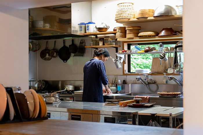 海と緑と季節の食材。和を愛する料理家が鎌倉の森に建てた、土間台所がある和風住宅