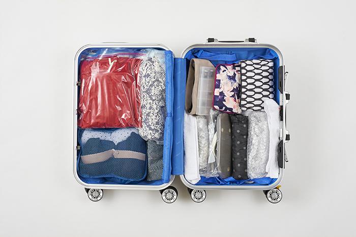 衣類やポーチなどの必需品から着た服やお土産まで、旅行グッズをコンパクトにパッキングするコツ〜収納アイデア