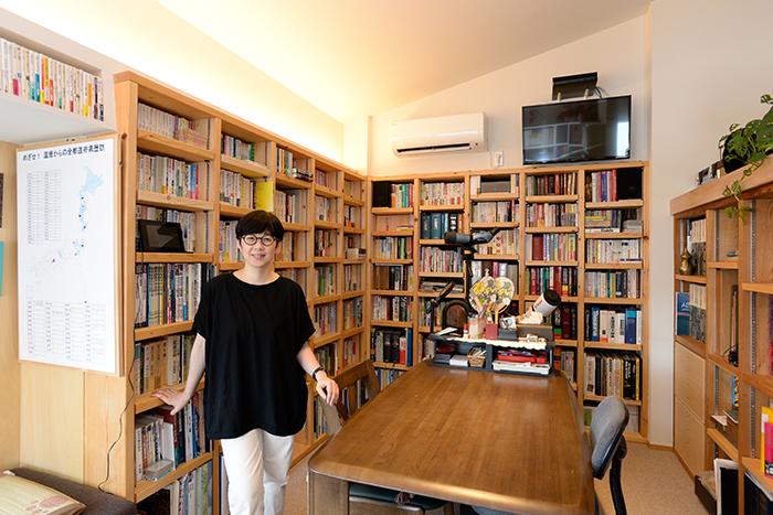 図書館のような書斎とDIY専用の工房を備えた、セカンドライフの注文住宅