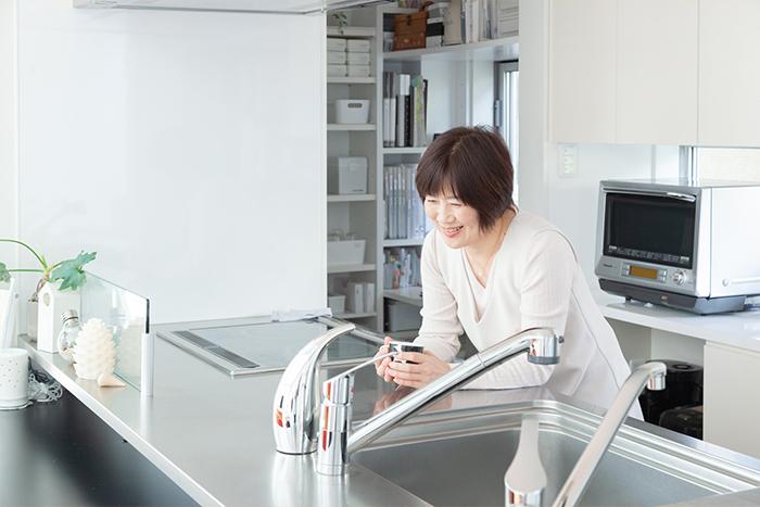 『死んでも床にモノを置かない』著者、須藤昌子さんのモーニングルーティンとは?