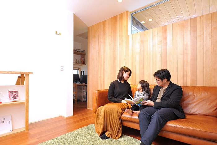 """建築家が暮らす新築住宅。オーダーキッチンとアウトドアリビングを中心に描いた、家族のための""""おおらかな""""収納設計"""