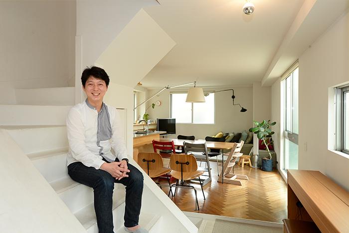 古いアパートを棟ごと自宅と事務所用にリノベーション。収納家具も場所に合わせてオリジナルに